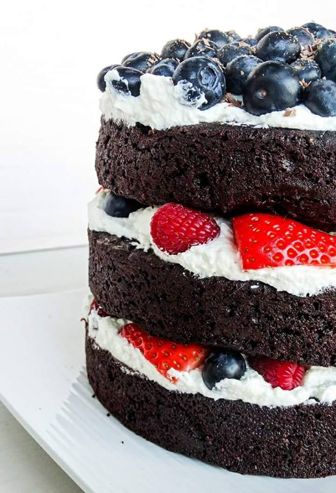 Layer Cake de chocolate con frutos rojos